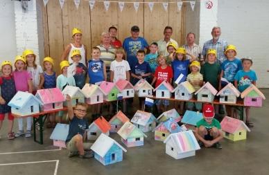 Teilnehmende Kinder und Betreuer,  -innen  Aktion Kinder bauen Häuser