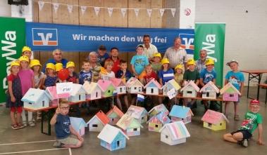 Teilnehmende Kinder und Betreuer,  -innen  Aktion Kinder bauen Häuser Bild 2